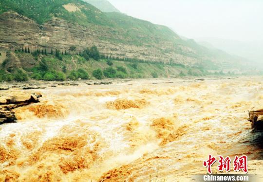 持续降雨及上游水库开闸泄洪,主副瀑布连成一片。 葛丽娟 摄
