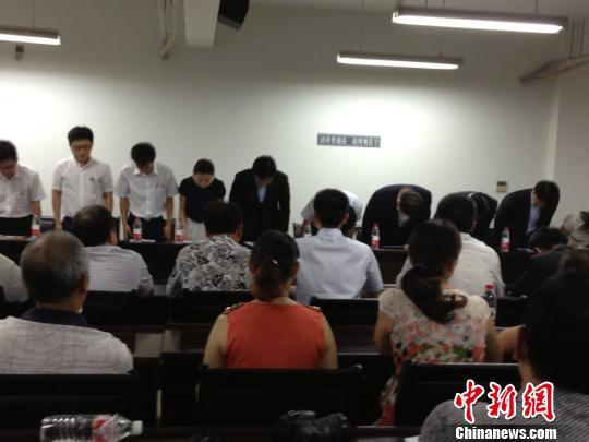 图为:韩亚总公司国际处总经理金世永率领韩亚代表向在韩亚飞机上出事的学生家长鞠躬道歉。 邵燕飞 摄