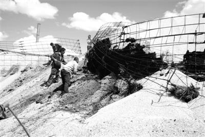 """5月31日,中储粮林甸直属库发生火灾,过火粮囤和货位共80个,粮食约5万吨。事关国家粮食安全的""""粮仓"""",近期事件频生,引起社会广泛关注。新华社发"""