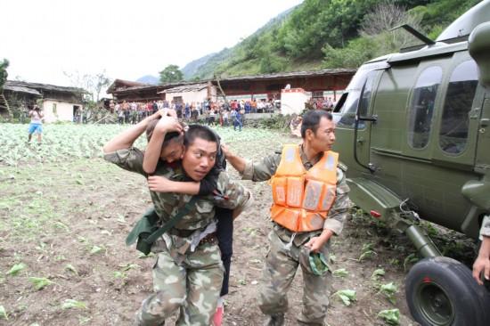 解放军黑鹰直升机连续出动救灾