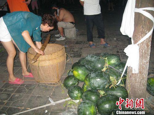 没有卖完的黑皮西瓜。刘柱 摄
