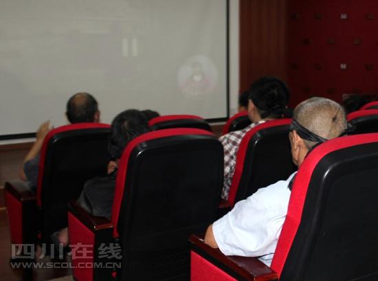 """蒙上盲人""""看""""组图枪战首个经典电影院向西部v盲人(市民)电影上比较眼睛的世界电影图片"""