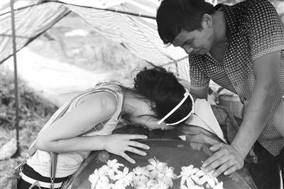 昨日下午,邓正加的女儿和儿子趴在父亲棺材上大哭。新京报记者 周清树 摄