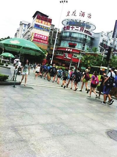 外国学生排队过马路 感谢吴先生提供照片稿费80元-首山路口排起队过