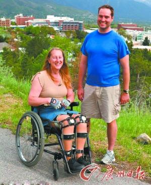 左:梦想终日坐在轮椅上度日的克洛伊及其朋友。