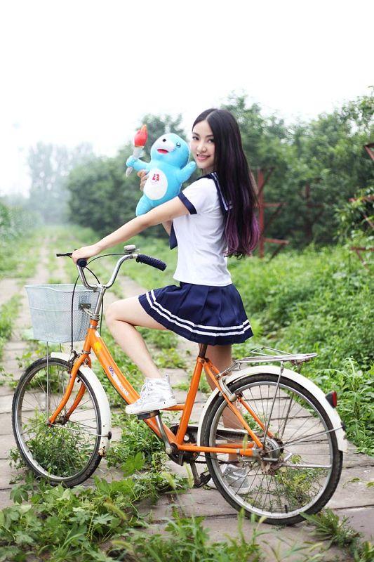 图文:美女携全运吉祥物拍摄写真骑单车 搜狐体