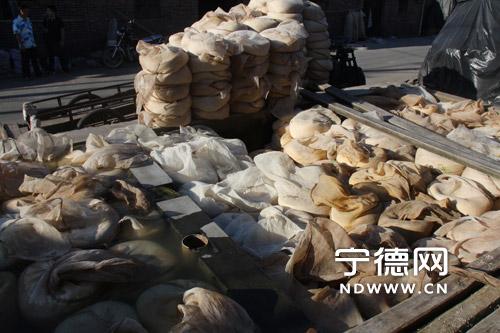 玉源村的红曲路堆满即将浸洗的陈米。 郑成辉 摄