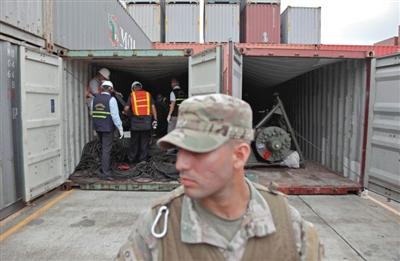 当地时间7月17日,调查人员正在对扣押的朝鲜船只中的集装箱进行调查。