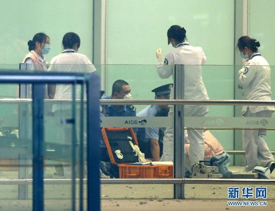 7月20日,医务人员和警察在爆炸现场处置。当日18:30分左右,在北京首都国际机场T3航站楼出站B口附近发生爆炸事件。陈建力 摄 新华网