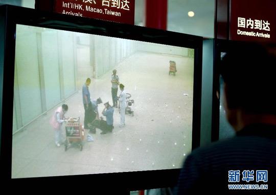 7月20日,首都机场通过闭路监控系统转播爆炸现场的实况。当日18:30分左右,在北京首都国际机场T3航站楼出站B口附近发生爆炸事件。陈建力 摄 新华网