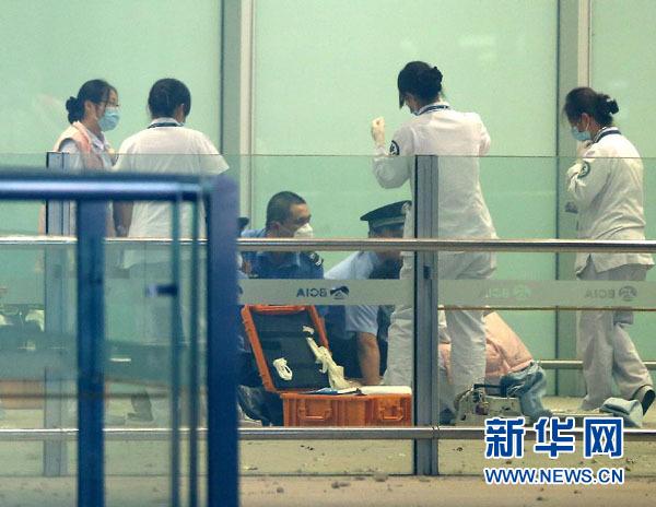 7月20日,医务等有关人员在爆炸现场处置。新华社记者陈建力摄