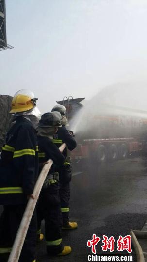 消防官兵正在对事故罐车喷水进行稀释 王申 摄