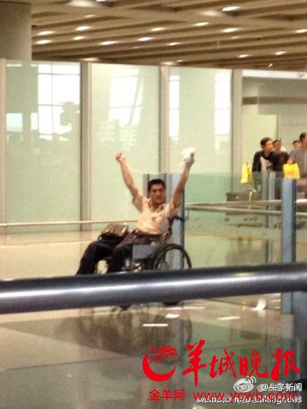 坐轮椅的冀中星举着爆炸物大声喊叫(手机拍摄)