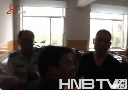 执法局工作人员一拥而上想要从记者手中夺走摄像机。(图片来源:视频截图)