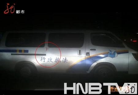事发现场,执法部门的车门上血迹斑斑。(图片来源:视频截图)
