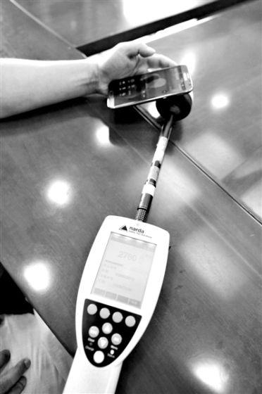 无线路由器辐射情况7月16日,实验人员在用综合场强仪分别测半米外无线路由器的电磁辐射。