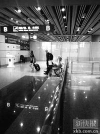 7月20日拍摄的冀中星(坐轮椅者)在事发现场的照片(手机拍摄)