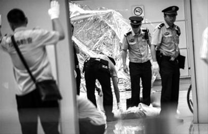 7月20日,警察在首都机场3号航站楼到达大厅B出口内清理现场