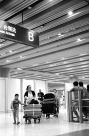 7月20日,旅客有序走出首都国际机场T3航站楼到达大厅B出口 新华社发