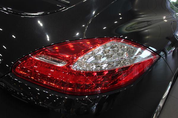新保时捷Panamera基本保持着现款车型的造型,仅仅在诸如大灯、保险杠等细节上进行轻微的修改。小改款车型大灯回归了保时捷经典的圆形轮廓,并在大灯组内部纵向布局了两组透镜,同时大灯也采用了熏黑的内部结构。前保险杠将雾灯上移并使用LED光源将其和进气口格栅连为一体,后尾灯更改内部结构并采用樱桃红的配色。   内饰方面,仪表板由五个仪表组合而成,米色的内饰和四座的布局同样得以保留,虽然表面看起来样式变化甚微,但在豪华程度上应该会有所提升。并且,新增带记忆功能的14向全电动座椅、四区域自动恒温空调及轮胎气压