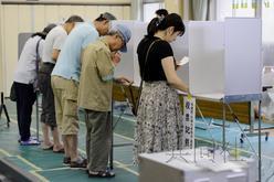 7月21日上午,日本第23届参院选举开始投票。图为在东京都港区投票处填写选票的选民。(共同社)
