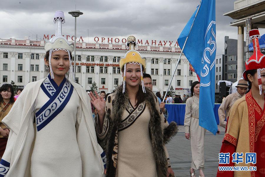 实拍蒙古国万名模特展示民族服饰文化(高清组图)-搜狐滚动