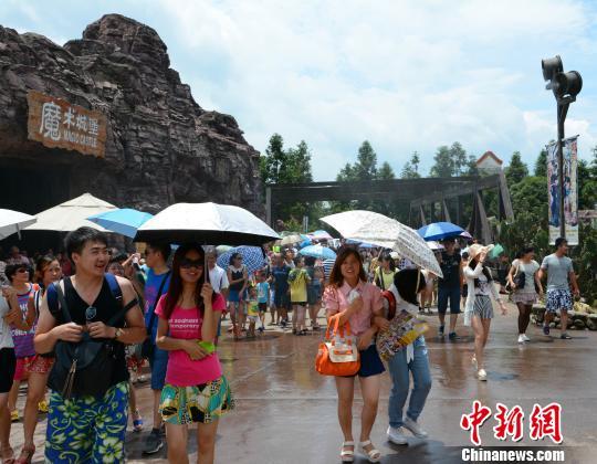 图为游客穿短裙、花短裤入园游玩 李果 摄