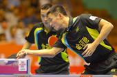 图文:[乒超]八男团一胜上海 在比赛中回球