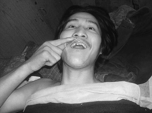2006年5月,冀中星向前来了解情况的吴贤德展示伤情。吴贤德供图