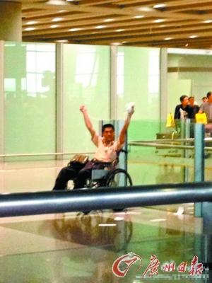 冀中星在机场举起爆炸物。