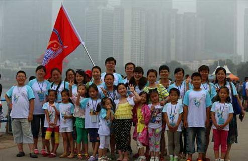 百余儿童共绘蓝色海洋长卷