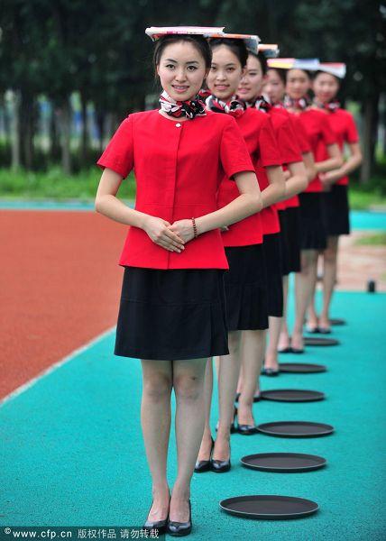 图文:全运礼仪集训美女如云 站姿培训