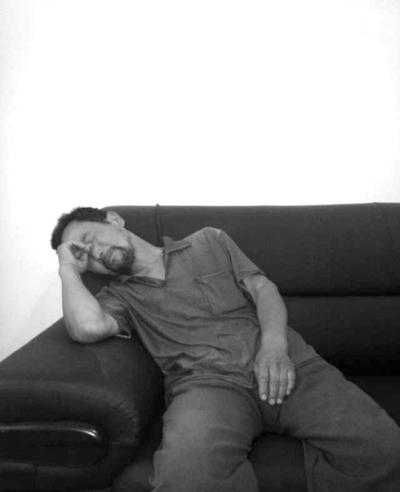 22日下午,鄄城县委宣传部安排冀中星的父亲冀太荣,在富春乡政府接受媒体集体采访。图为17时20分,冀太荣在受访时泣不成声。