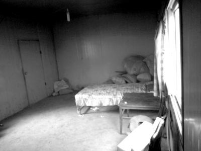 冀中星平时睡觉的床,一旁是他保护腰部的海绵垫子。图/CFP