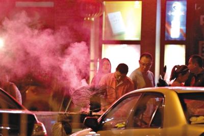 2013年7月16日,豆各庄附近夜市上的临街烧烤摊冒起阵阵油烟。新京报记者 侯少卿 摄