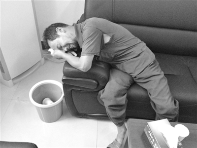 昨日,冀中星父亲接受采访时泣不成声。本版图片/南方都市报记者 孙旭阳 摄
