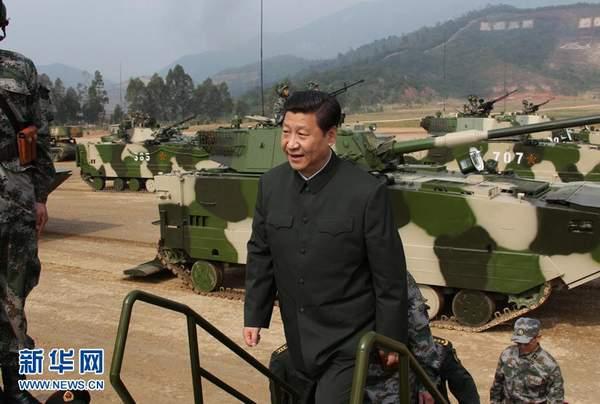 资料图:习近平在广州军区某部训练场登上两栖突击车了解装备情况。