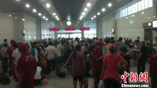 大批旅客焦急等待晚点列车 董伟 摄