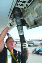 飞机加油员正在为过场航班加油 卢海峰摄