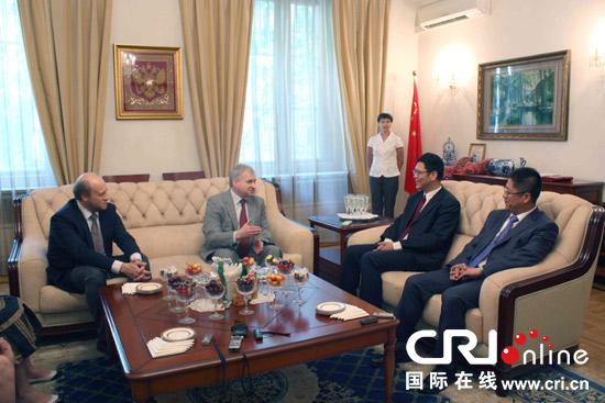 俄罗斯驻华大使杰尼索夫向张百春和邢广程颁发普希金奖章