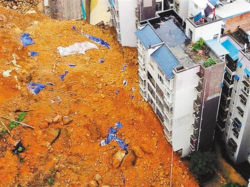 7月23日,在四川省达州万源市太平镇一居民小区拍摄的滑坡事故现场.
