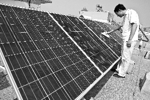 徐鹏飞今年上半年利用自家的太阳能小电站发电赚了400元,成为国内首个赚国家电网钱的个人。 IC/供图