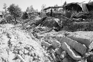 大量土坯房倒塌严重。本报特派记者 田蹊 摄