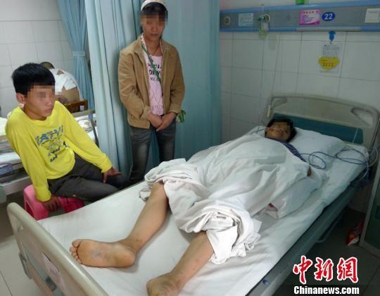 跳楼小男孩在医院接受治疗。 吴镇全 摄