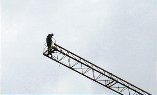李佩霖在塔吊上(受访者供图)