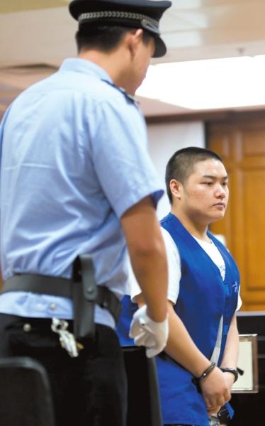 蒋宏亮(左)和张中儒被带进法庭。京华时报记者蒲东峰摄