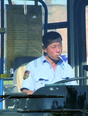 司机身后的《天然气车违规操作示例》中明确规定车内禁止吸烟