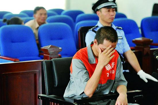 因涉嫌放火罪,大四学生田某上午在朝阳法院受审。