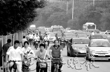 最大 马志勇/24日,天衢路北侧非机动车道铺设管道施工,相邻两侧道路都因施工...