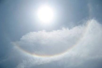 天空出现那一道彩虹_好像是太阳被套进了光戒指里,又似乎是一道圆形彩虹将太阳包围了.